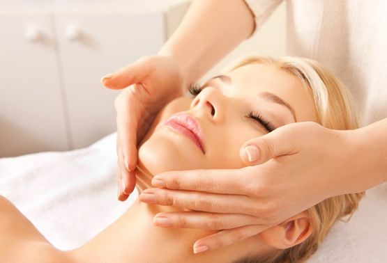 Gesichts- und Nackenmassage Esthetic Cosmetic Medical Center AG in Erlenbach ZH